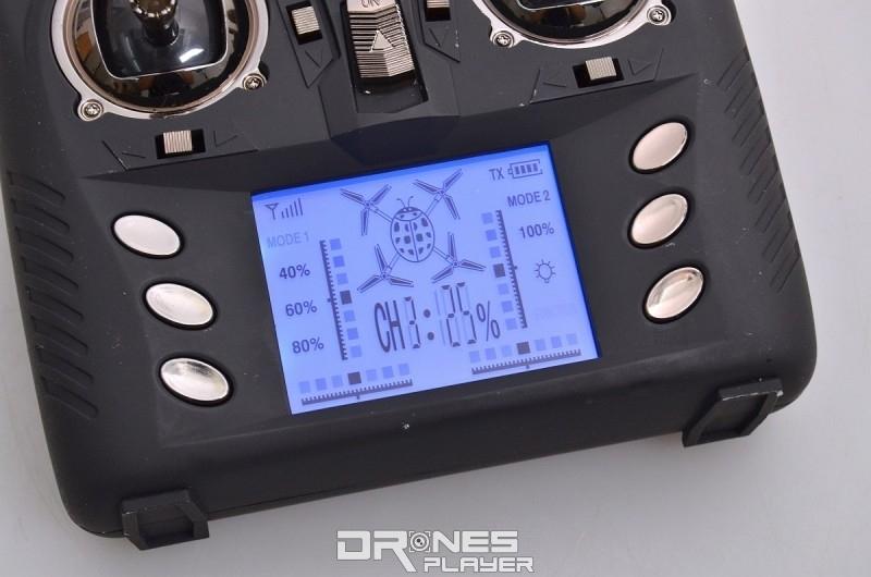 Wltoys Q333A 遙控器設有可發光的 LED 資訊屏。