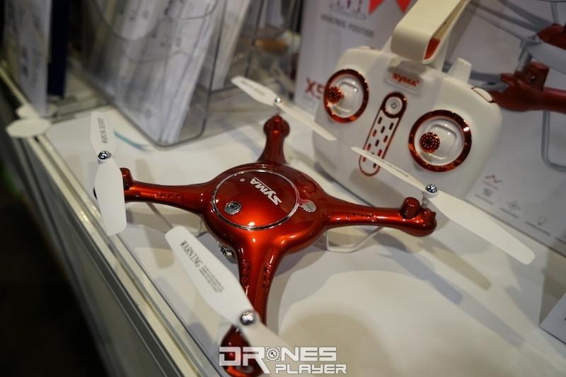 會場內展出 Syma 牌的新型號航拍機,宣稱有航道規劃功能。