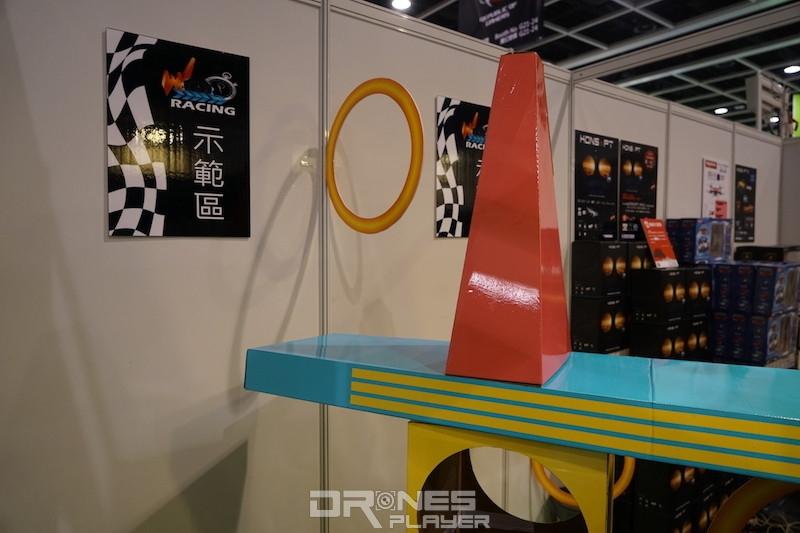 電腦節會場內設有示範區展示航拍機飛行。