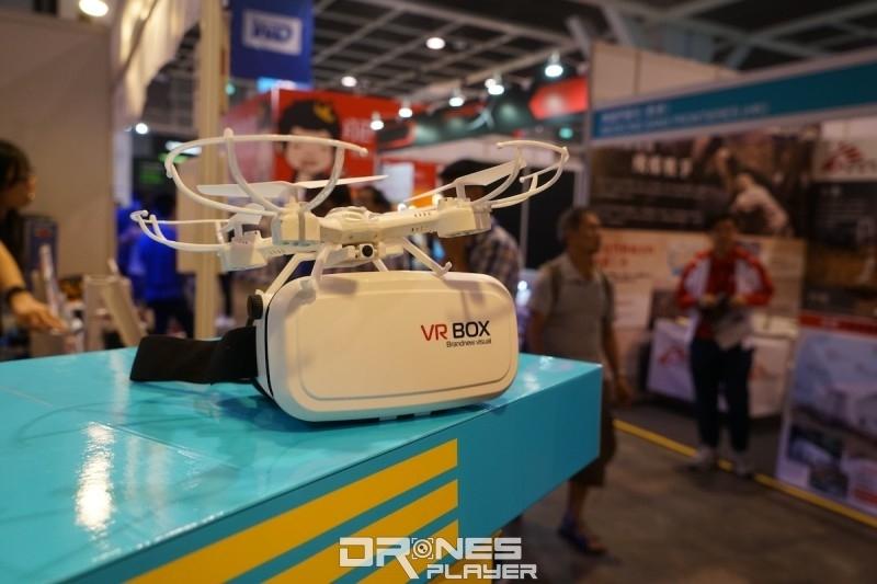 Konsept VR 32 航拍機用 VR 眼鏡和遙控器操作。