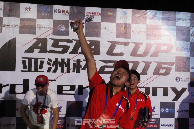頒獎時宋根木高舉獎盃大叫,興奮之情溢於言表。