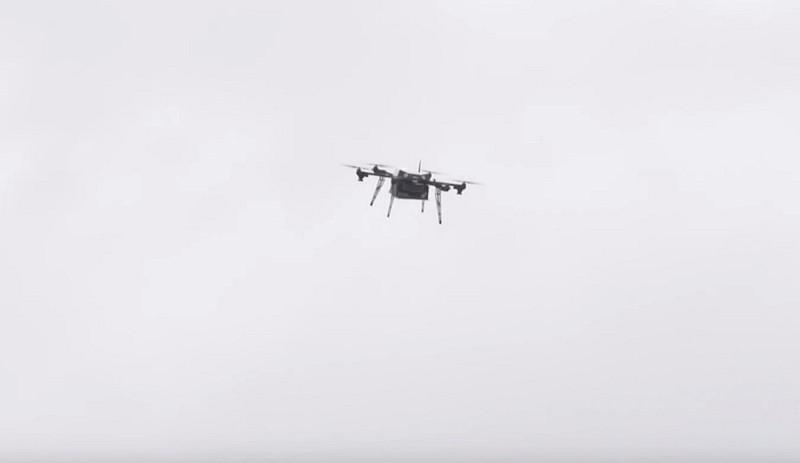 達美樂披薩無人機在宅配府第上空盤旋,找尋投放貨件的位置-DronesPlayer.com
