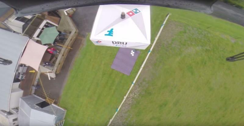 達美樂披薩無人機鎖定草地上野餐墊為投放貨件的目標位置-DronesPlayer.com