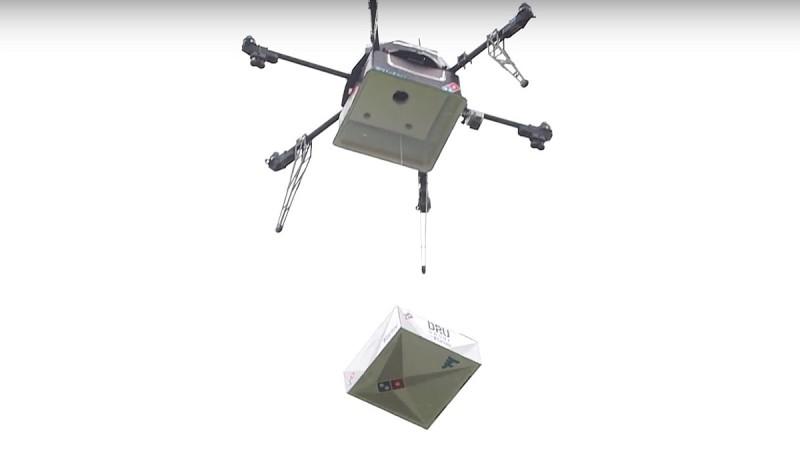 達美樂無人機由機底的儲藏倉垂降披薩盒-DronesPlayer.com