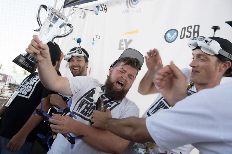 Zachary Thayer(中)奪得今屆冠軍,與隊友興奮舉盃慶祝。
