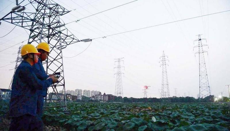 杭州供電公司引入噴火無人機來清理架空電纜上的搭掛物。