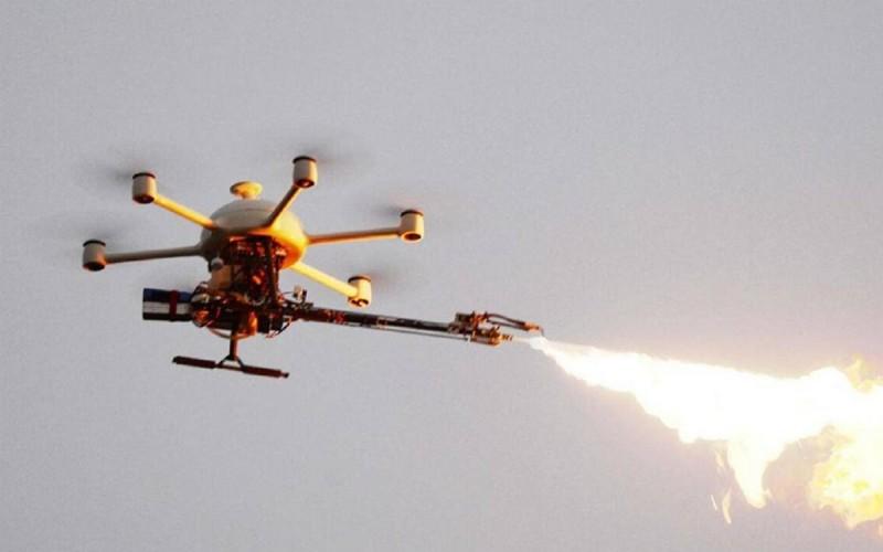 杭州供電公司的噴火無人機能夠噴出攝氏 400 度的火柱。