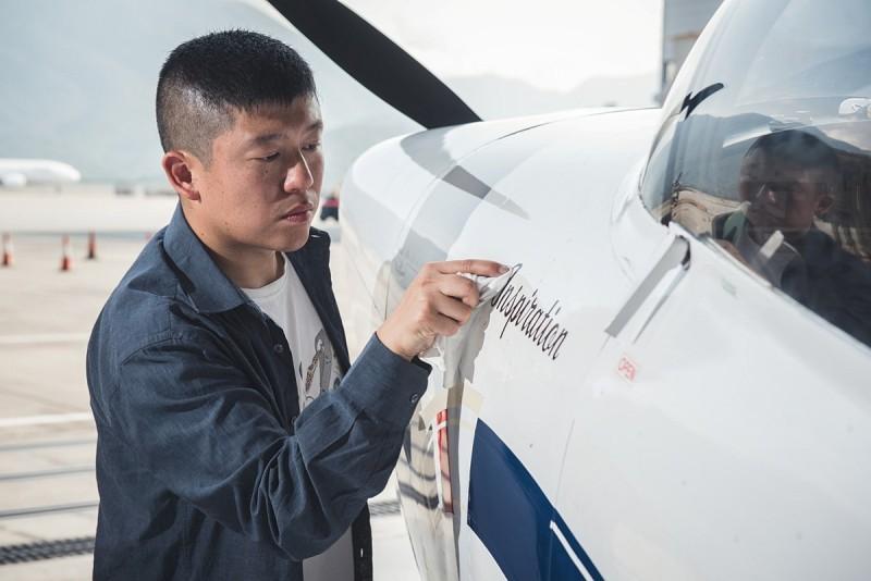 鄭楚衡將這架自行組裝的小型飛機命名為「香港起飛(Inspiration)」號,機身印有「Inspiration」的字樣 -DronesPlayer.com