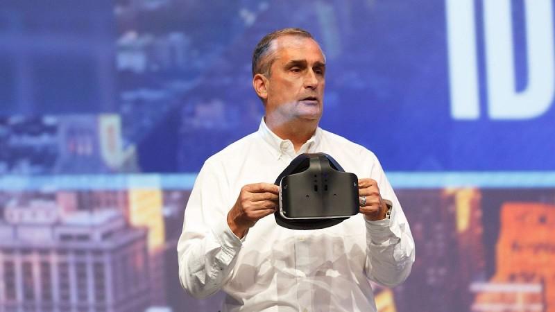 Intel 執行長 Brian Krzanich 在 IDF 2016 上親身介紹 Project Alloy 融合實境眼鏡。