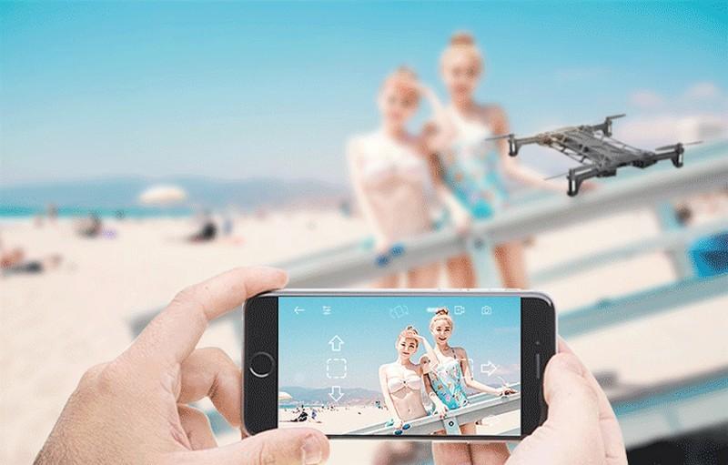 配對手機後,Nano 琅龍無人機能以體感方式操控,雖然無人機可插入 micro SD 記憶卡,不過仍可以將航拍影片圖傳至手機儲存。