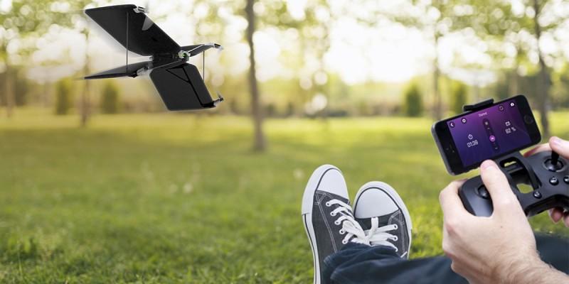 Parrot Swing 可藉由實體遙控器 Parrot Flypad 遙控飛行。