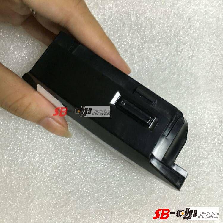 疑似 DJI 首款小型無人機電池(側面)