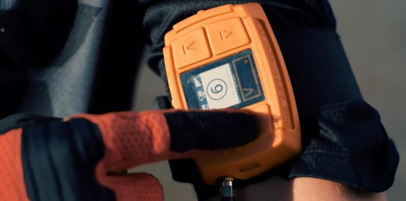 Staaker 配搭腕戴式追蹤器 tracker 使用。