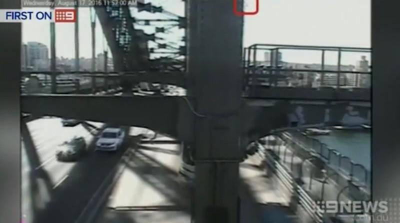閉路電視拍到航拍機(紅圈)墜下一刻。