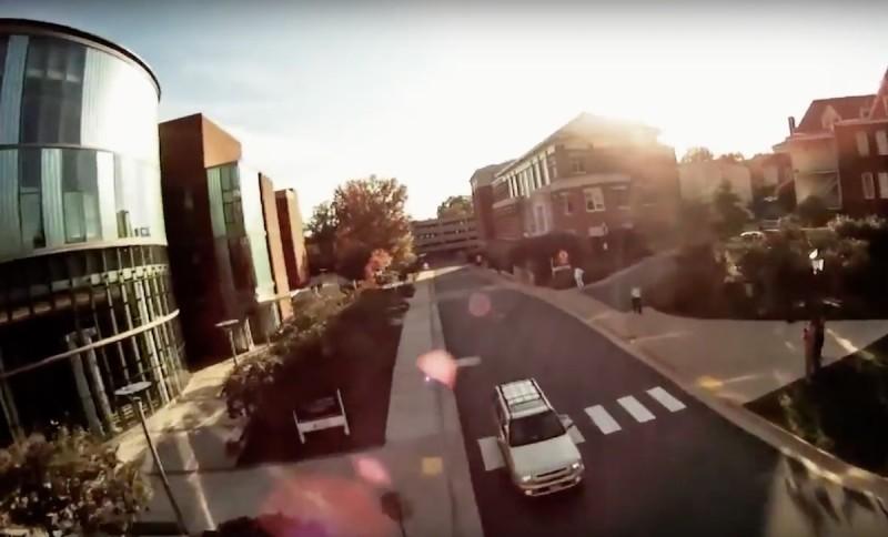 Trappy 當時操控 FPV 穿越機在維珍尼亞大學校園穿梭,以作宣傳片之用。(翻攝自 YouTube)