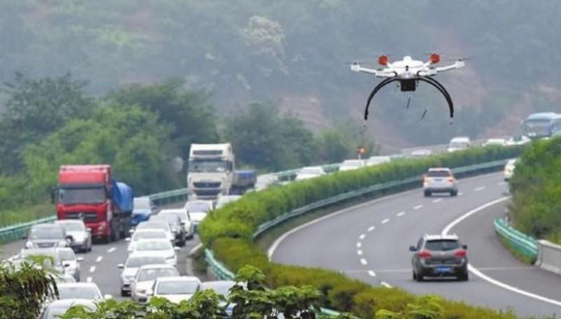 四川成都警用無人機在公路上空巡查的情況。(圖片來源:翻攝自華西都市報)