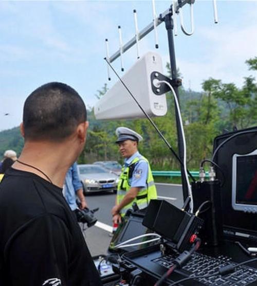 四川成都警方在公路旁架起圖傳天線和監控設備,以便即時收看空拍機的圖傳畫面。(圖片來源:翻攝自華西都市報)
