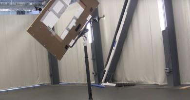 無人機自動化特技飛行 傾斜穿越狹窄窗戶!