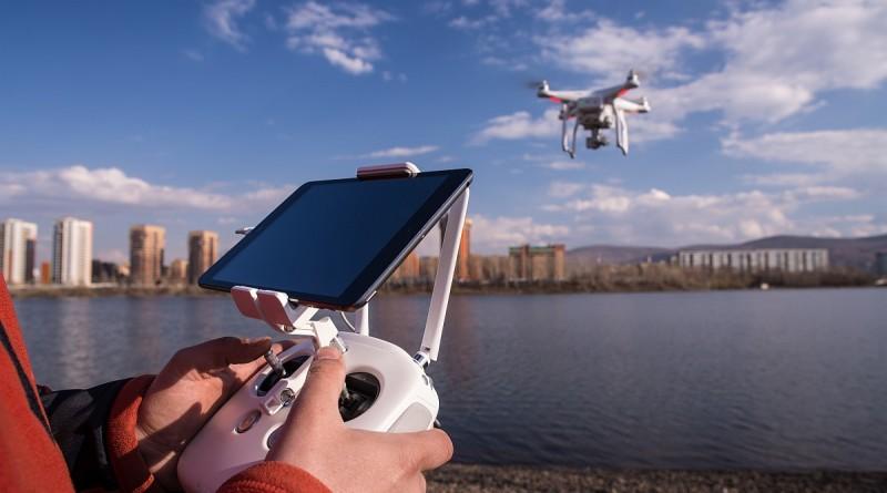 在 FAA 新例下,商用無人機操作員必須在日間、目測直視範圍內、400 呎以下高度,操作無人機飛行。