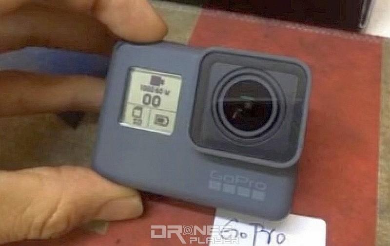 諜照中疑似 GoPro Hero 5 運動相機機身正面設有單色顯示屏,提供剩餘電量和其他拍攝狀態相關資料。