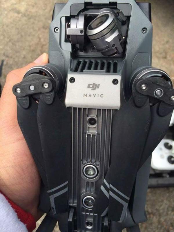 DJI Mavic 機底的「視覺定位系統」和機首的航拍相機雲台。