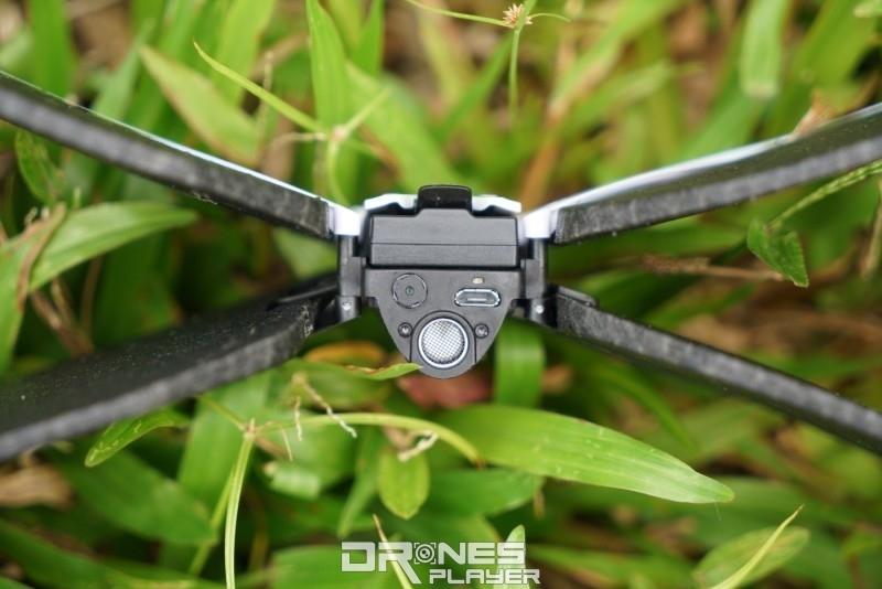 Parrot Swing 飛行器的底部設有超聲波感測器和 30 萬像素視像鏡頭。