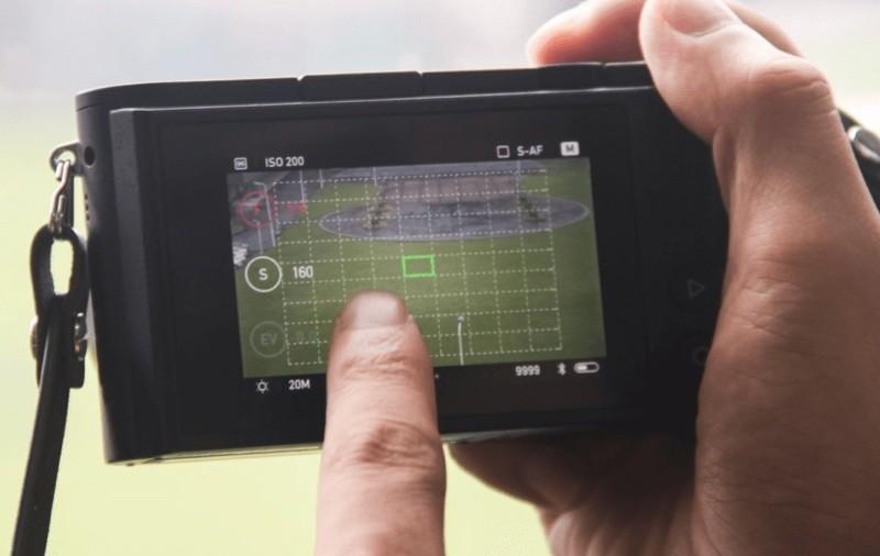 小蟻微單相機 M1 機背配備 3 吋 720×480 觸控屏幕,容許用戶以指尖在畫面上左撥、右滑來切換功能。