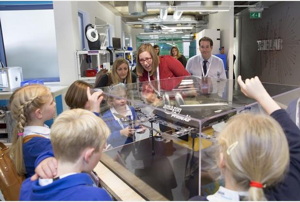 小童獲邀參觀亞馬遜的無人機實驗室,表現好奇興奮。