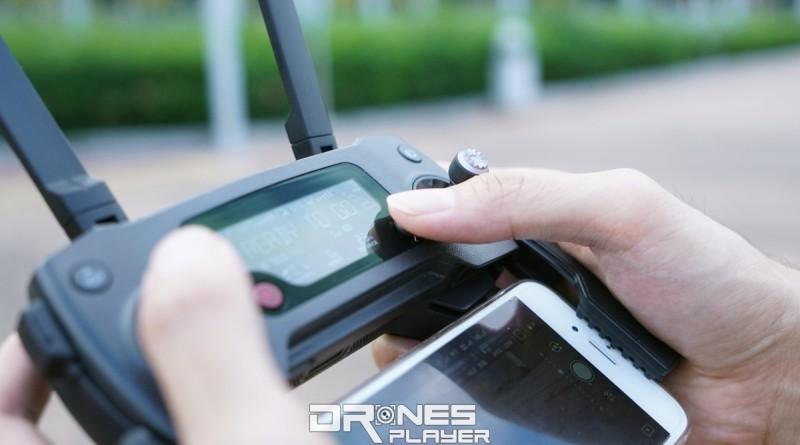 DJI Mavic Pro 遙控器底部有 2 個自訂按鍵,telemetry 屏幕右下角亦設有一個「五維按鍵」,正是圖中右手拇指按著的地方。