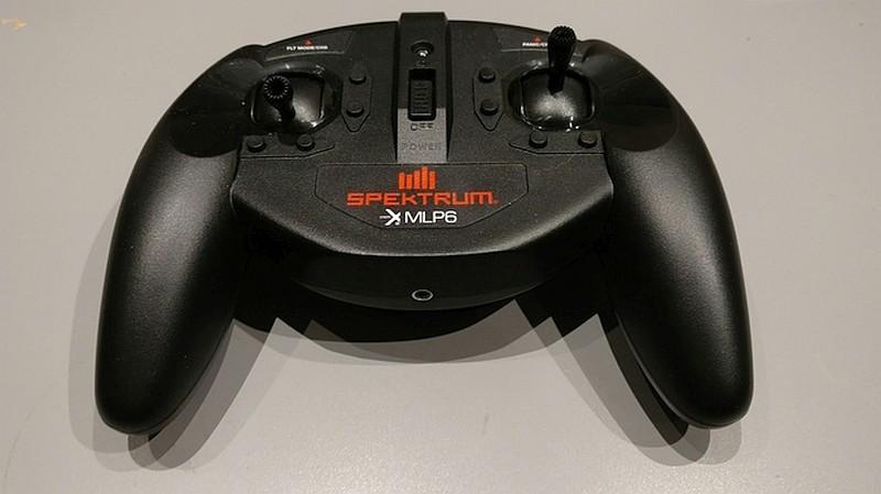 Digital Sky Mini 積木無人機使用支援 6 條頻道通訊的 Spektrum 遙控器,外形極像遊戲控制器。