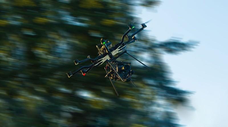 o-ring 防震設計經過改良並移植至 Freefly ALTA 8 之上,具有一定的抗風和防震能力;從圖中可見,就算飛行器機身大幅傾斜,空拍攝影機依然可保持水平拍攝狀態。