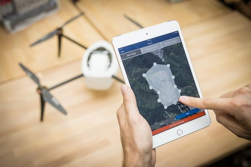 用家可利用平板電腦規劃 Kespry Drone 2.0 的飛行路線,讓無人機自動飛行和降落。