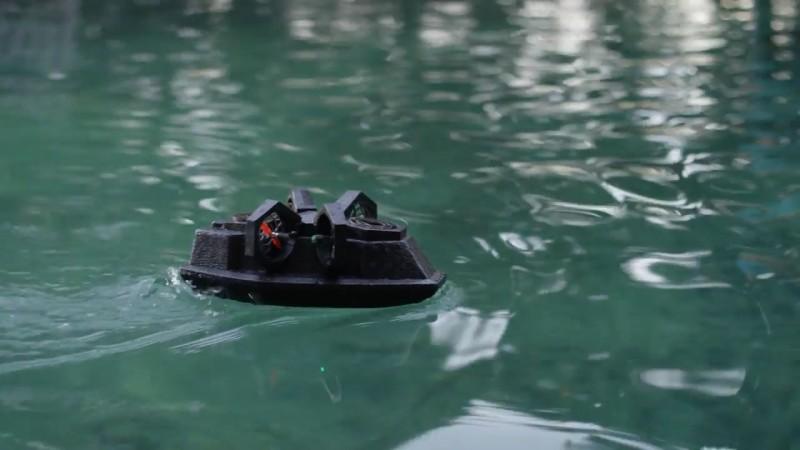 航行形態:Makeblock Airblock 兩側裝上四組旋翼模組,再加上內置兩組旋翼的船身,即可如氣墊船般在水面行駛。