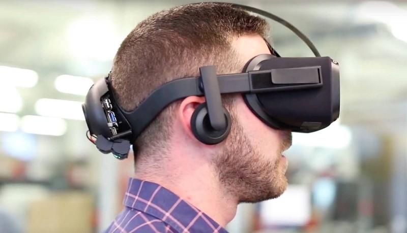 Oculus Santa Cruz 內置處理器、顯示屏和追蹤感測器,機身後方又可安裝電池。