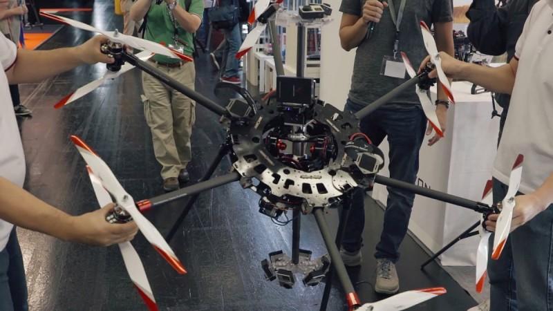 工作人員捧著 Varavon VR 無人機大幅擺動,可見中軸的角度依然垂直,這有賴萬向接頭雲台發揮功效。