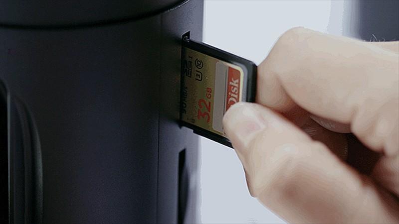 Z-Cam S1 機身設有 4 組 SD 記憶卡插槽,為每支 VR 鏡頭提供獨立的影像儲存空間。
