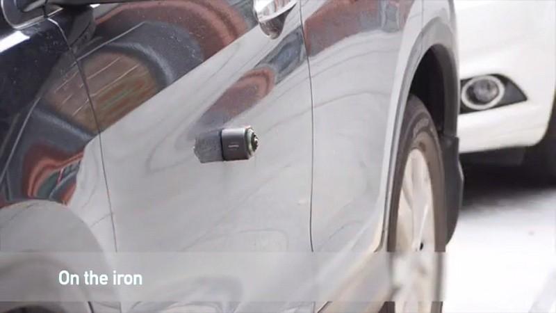 Camorama 底部設有磁石,能吸附在金屬表面;如圖中示範,便可吸附汽車車身。