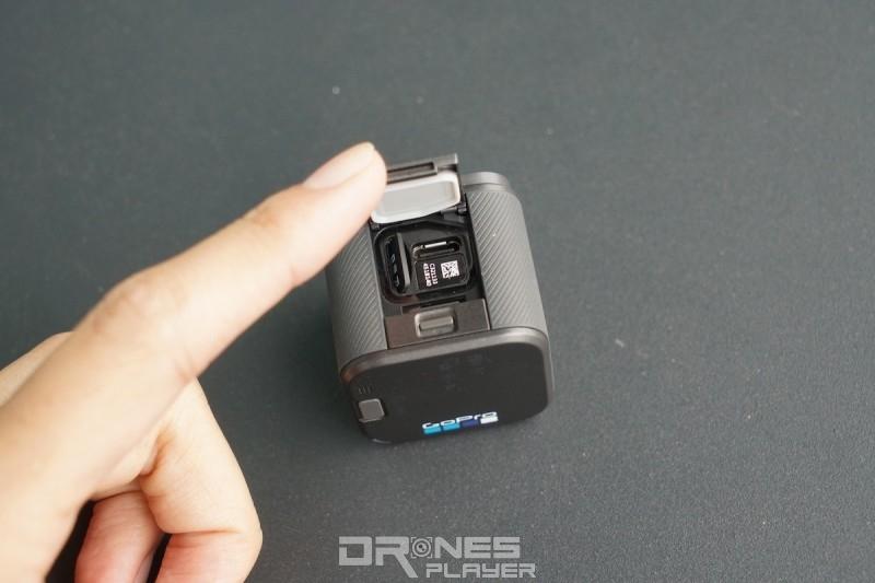掀開 GoPro HERO 5 Session 機頂揭蓋,便可插入 Micro SD 記億卡和 USB-C 線。