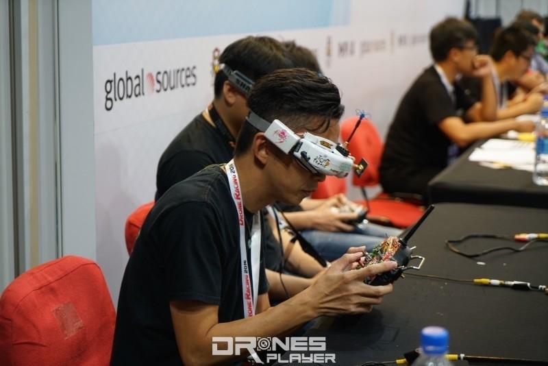 飛手透過 FPV 眼鏡專注作賽。