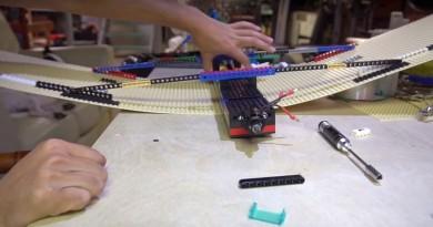 全球首台 LEGO 固定翼無人機 樂高積木組裝巨翼一擲起飛