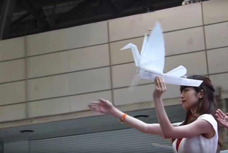 紙鶴無人機 Lazurite Fly 可隨著操作員的手腕動作而拍翼飛行。
