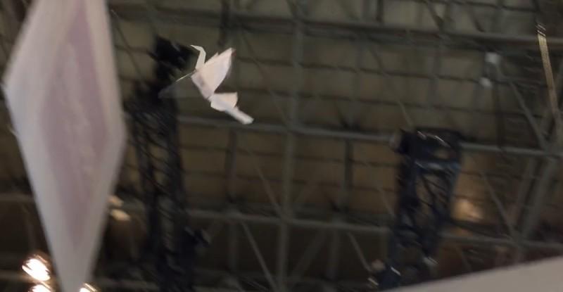 紙鶴無人機 Lazurite Fly 飛行姿態比一般無人機優雅得多。