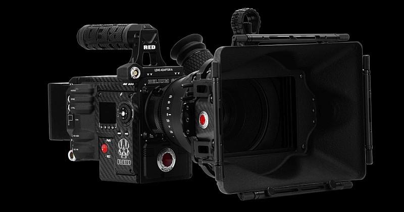 RED WEAPON 8K 攝影機裝上鏡頭和其他裝備後的模樣。