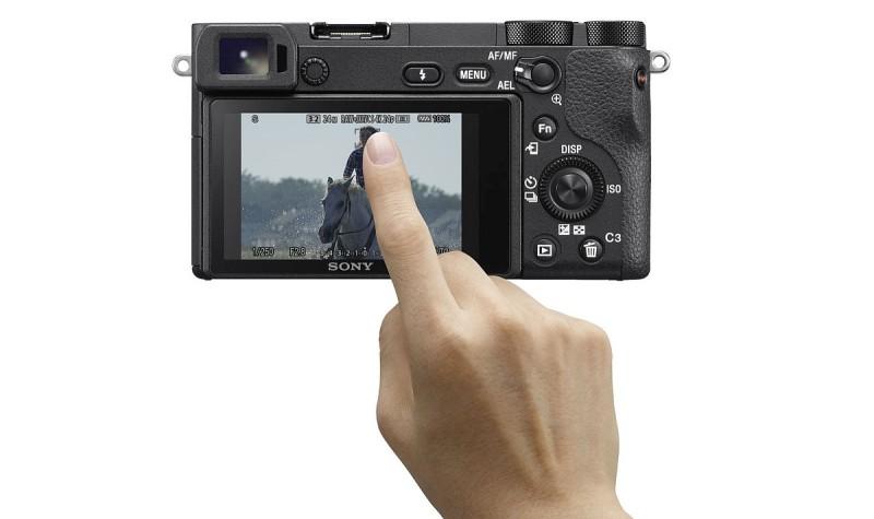 Sony A6500 加入輕觸式屏幕設計,可讓用戶在觸屏上選擇自動對焦點。