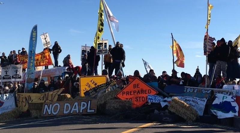 示威者築起人牆堵塞道路。