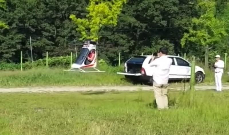 韓製載人多軸飛行器在草地上低空試飛。