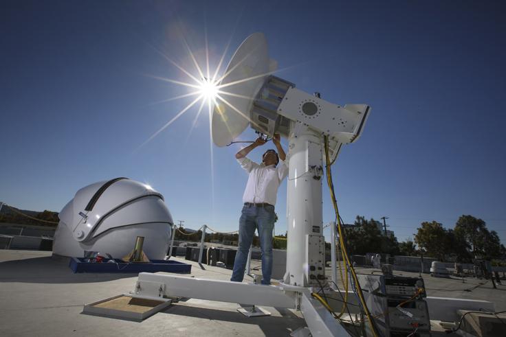 Facebook 的毫米波接收天線直徑為 4 呎,可自動追蹤發射光束。