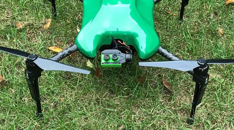 Sentera Omni 無人機採用萬向接頭(萬向節)來連接4K雙鏡頭模組,讓鏡頭能任意擺動,捕捉上下左右的環境數據。
