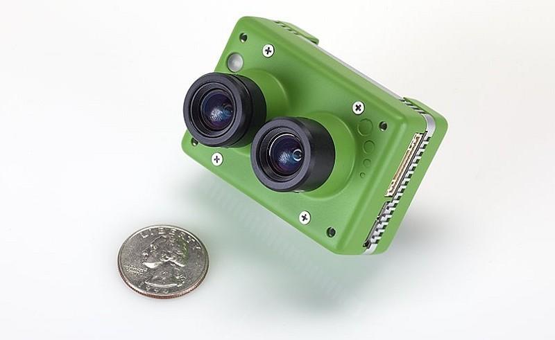 Sentera Omni 無人機的 4K 雙鏡頭模組體積小巧,機身長度約為兩枚硬幣的直徑。