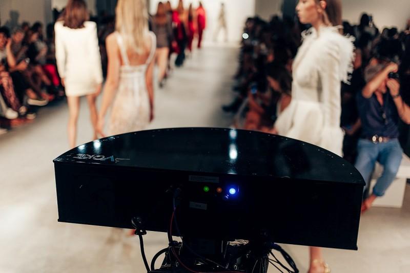 在紐約時裝周,13 位設計師利用 Voke TrueVR 平台和 Intel 數據中心技術,在全立體虛擬實境中實時轉播時裝表演。